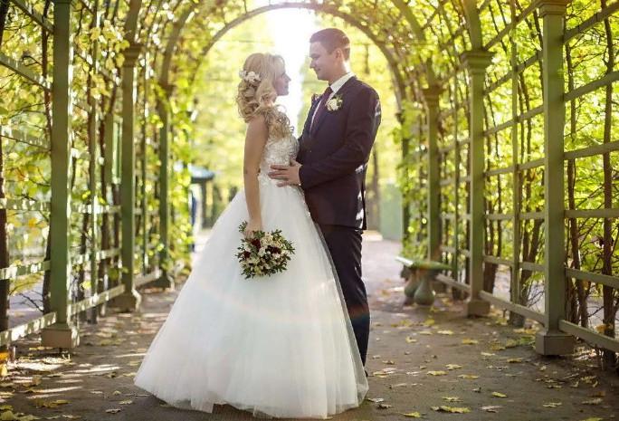 Свадебный фотограф прогулка молодых